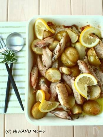 ローズマリーの香りがふんわりと香るレモンチキンは、見栄えも豪華でおもてなしにも使えるひと品です。仕上げにスライスレモンをくるりと巻くように飾ると、より素敵に見えますね。