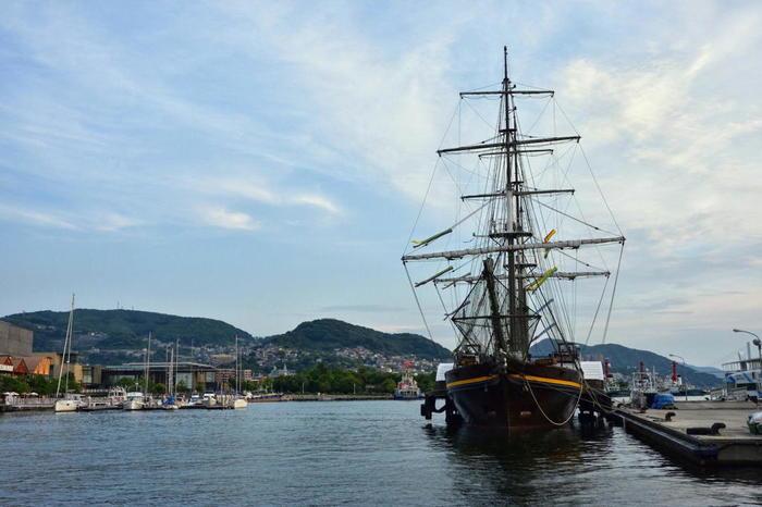 軍艦島は複数のツアー会社が企画する上陸ツアーに参加することで上陸見学が可能です。長崎の美しい景色と共にツアーガイドさんの案内を楽しめます。
