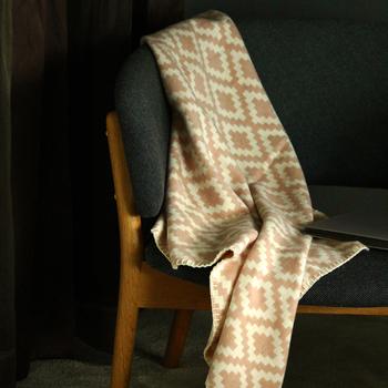 膝かけとしてもおすすめのミニブランケット。モダンながらクラシックなデザインは、部屋にさりげなく置いておくだけで、様になります。