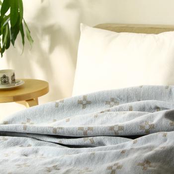140×180センチのシングルサイズは、ベッドリネンとしても活躍。心地い肌ざわりは、心休まる空間をつくりだし、1日の疲れを癒してくれるはずです。