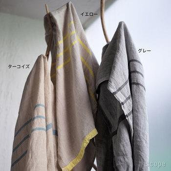 薄手でナチュラルな生成り色のリネン素材のブランケットは、洗いざらしのシワ感が涼しげ。パリっとアイロンをかけても、違った表情を見せてくれます。そのほか、グレーとターコイズも展開。