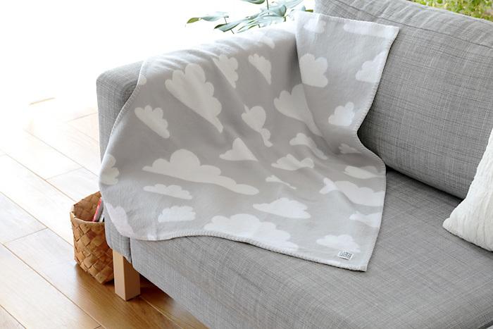 落ち着いた印象のグレーも展開。使わないときはソファにさり気なく掛けておくだけで絵になります。洗濯機での丸洗いもOKなので、気軽に使えます◎