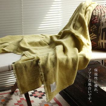 タオルや寝装品を手がけるKONTEX社(コンテックス)は、厳選した素材を使い、国内で安心・安全な加工を行うことなど、品質に徹底したこだわりを持ってものづくりをしています。 「Chambray Waffle シャンブレーワッフル」は、綿とウォッシャブルウールを織り上げたブランケット。ふわっとしたワッフル地がやさしく体を包み込んでくれます。