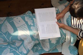 ファブリック製品や陶器、版画などを幅広く手掛ける鹿児島睦氏がデザインした「KALA」は、2匹の魚がのびのびと泳ぐ様子に心がほぐれます。伸縮性のある糸でつくられたブランケットは、もっちりとした心地いい感触。