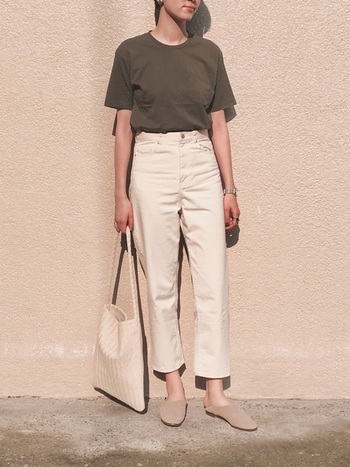 ライトベージュのパンツに、相性の良いアースカラーのTシャツを合わせたスタイルです。リラックス感たっぷりのバブーシュサンダルで足元に程よく抜け感を。