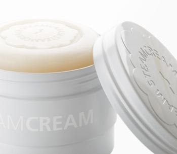 こちらは、潤いをしっかり残して、きめ細かな泡で顔だけでなく全身を優しく洗い上げてくれる石けん。10種類のエッセンシャルオイルの香りが心も癒してくれます。