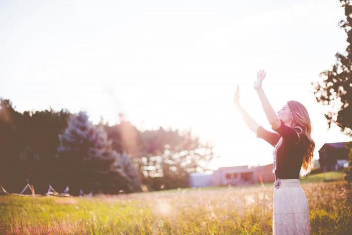 誰でもすぐに、思い立ったらその場でできちゃう気分回復方法はズバリ「深呼吸」です!心身がリラックスできる最も簡単な方法ですのでぜひお試しあれ。10秒かけて深く吸って、またゆっくり10秒かけて息を吐いて。意識を呼吸に集中させて行うのがポイントです。