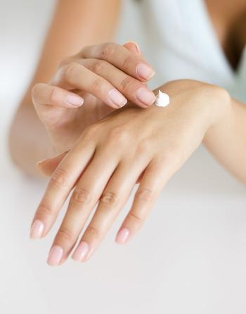 ローズなどの心地いい香りのハンドクリームを使って、念入りにマッサージ。保湿効果で手もしっとり潤い、香りに包まれることで心も癒されてきます。