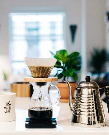 一人分なら2分もあればお湯を沸かせますので、そのあとは丁寧にくるくるとドリップしていきましょう。コーヒーを淹れている時間にお部屋がいい香りで満たされていきリラックスできますよ♪