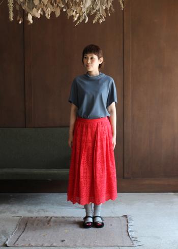 はっと目を引く赤のカットワークレースのスカート。スカートの存在感をより際立たせるために、トップはごくシンプルなTシャツを合わせて。刺繍入りのカンフーシューズなど、小物で遊んでみるのも楽しいですよ。