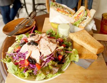 いかがでしたか?ヘルシーだけど美味しいお店って実はたくさんあるんです。不足しがちな野菜や果物などをバランスよく食べて、身体の内側から健康になり、余分なぽっこりお腹などの改善を目指しましょう♪
