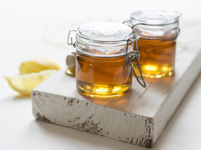 """ミツバチがせっせと集めた花の蜜。それを巣から取り出して濾過したものが""""はちみつ""""です。元々の成分は白砂糖と同じ""""ショ糖""""ですが、ミツバチの体の働きによって、そのほとんどが""""ブドウ糖""""と""""果糖""""に変換されているのだそう。摂り過ぎは禁物ですが、白砂糖よりもカロリーが低いのが特徴です。"""