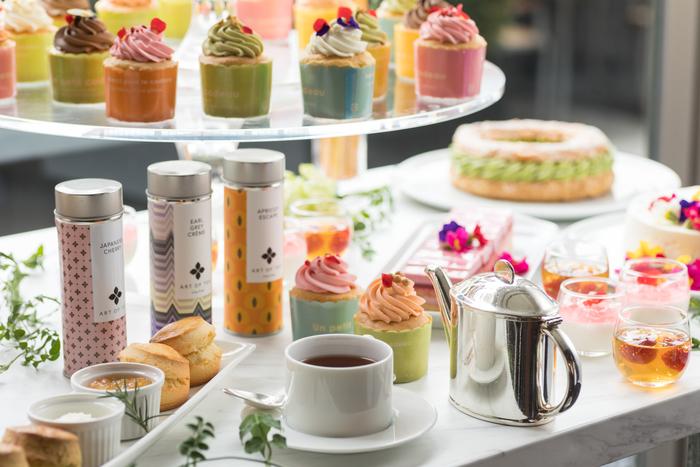 「フローラル アフタヌーンティー」ではドリンクもこだわっており、ロサンゼルスの「ART OF TEA」社のプレミアムオーガニックティーをいただけるそう。バラやハイビスカスの花を加えたフルーティーな紅茶などもありますよ。 メニューのラインナップすべてが華やか*。春らしいファッションで、訪れてみてはいかがでしょう♪