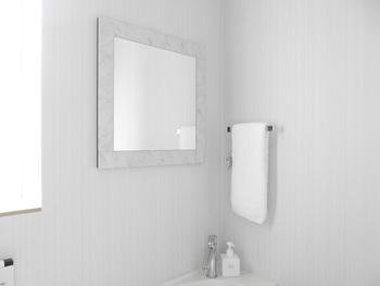白い壁のトイレには、白い縁取りの四角い鏡を。シルバーの金具などにもよく合っています。