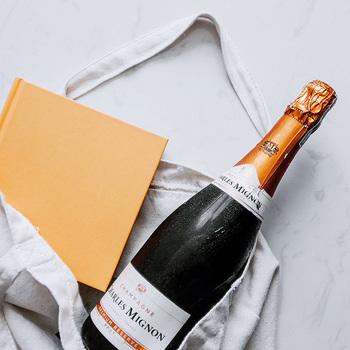 欧米では贈り物をバッグに「入れる」のが主流ですが、「包む」ことは「入れる」のと比べると、ひと手間かかりますよね。「包む」行為は、わざわざ時間をかけてでも品物をきれいなまま渡したいという気持ちのあらわれなんです。
