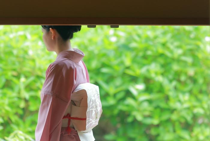 大切な人に贈り物をするとき、日本人は古くから袱紗(ふくさ)や風呂敷(ふろしき)を活用してきました。最近ではなかなか目にしませんが、だからこそスマートに使いこなせる女性を見るととても素敵に映ります。つつましくも美しい昔ながらの「包む」心得を、今日はあらためて学んでみましょう。