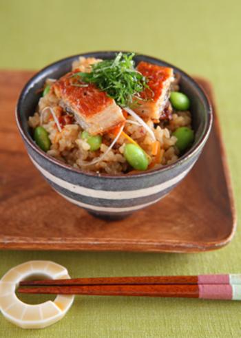 油揚げと鰻を合わせた、さっぱりと食べられるのにしっかりと腹持ちするレシピです。不足しがちなビタミンや鉄分をこの1杯で補給して。 枝豆の栄養素は飲み過ぎや二日酔いにも良いらしいですよ。