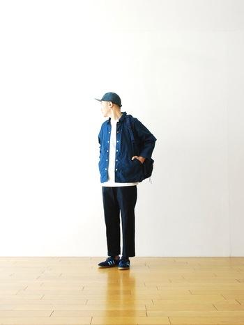 撥水加工の施された、軽やかなアウトドア用ジャケット。カジュアルになりすぎないデザインなので、大人の着こなしにもしっかりと対応◎