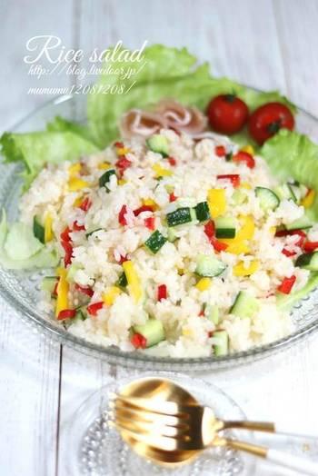 鮮やかなビタミンカラーは、気持ちを明るく元気にしてくれる力がありますよね。 目にも楽しく食卓を彩ってくれるのが、パプリカの混ぜご飯です。黄色や赤のパプリカを粗みじん切りにしてマリネにし、米酢と一緒にご飯に和えていきます。サラダ仕立てで、食欲が落ちがちな暑い日にぴったり。