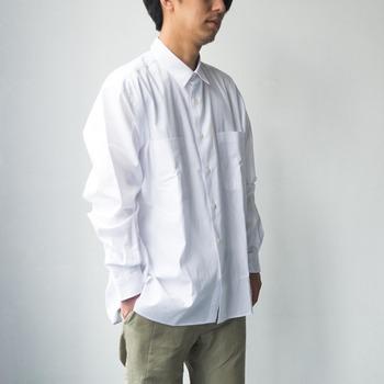 時代に左右されないシンプルなノームコアファッションは、どの世代にも人気の装い。定番の白シャツは、シンプルだけどしっかりとトレンドを取り入れたものを。