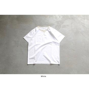 ノームコアといえば白のTシャツですが、襟元に少しポイントを置いたデザインなら、大人の遊び心が♪