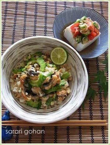 ビタミンCたっぷり。ミネラルやカリウムも含み、代謝促進にも良いといわれているのがゴーヤーです。  スタミナを補給する鰻を加えて、贅沢な大人の混ぜご飯を作ってみてはいかがでしょうか。アクセントとなる黒胡椒とすだちを添えて。