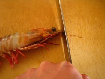殻はそのままでも、頭の先とヒゲはカットしましょう。尻尾の先は斜めに切り落として。