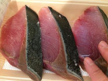 ブリをはじめ、青魚は塩でまぶして余分な水分と臭みを取り除くことが必須下処理です。こうすることで、身の旨味がギュッと凝縮されます。塩をふって30分ほど置いたら、キッチンペーパーなどでしっかり表面の水分を拭き取りましょう。