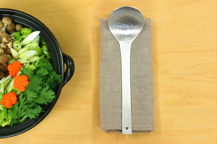 「工房アイザワ」のお玉は、とてもデザインがきれいなので、そのまま食卓に置いても素敵ですね。鍋料理にぴったり。