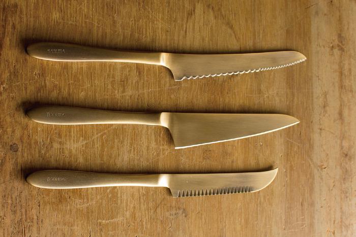 純金メッキに燻し加工を施されたとても雰囲気のある「志津刃物」のナイフ。マットな質感で、上品でどこか懐かしさを感じる色合いです。ハンドメイドで丁寧に作られていて、肌馴染みがとても良いです。パンナイフは、パン屑を出さない工夫がされているなど、使い心地も◎です。