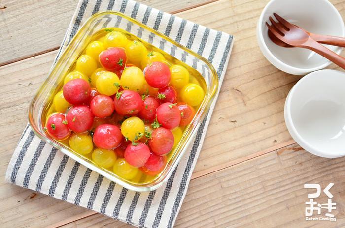 トマトを湯むきする時には、ヘタが付いていないほうに十字の切れ目を薄く入れておくと皮が剥きやすくなります。熱湯に数秒沈めた後にすぐ冷水に浸けると、キレイにスルッと剥けますよ。