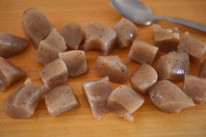 こんにゃくの臭みを取って美味しく調理するためのコツは、塩ふり。スプーンでひと口大にちぎったこんにゃくに、小さじ1杯程度の塩をまぶします。5分待てば、水分が臭みと共に抜けて、その分汁やタレの味が染み込みやすくなります。