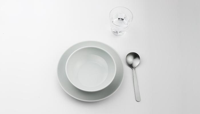 2014年に誕生した日本のテーブルウェアブランド「コモン」。日本の普段の暮らしに馴染む素材やフォルムにこだわって作られていて、毎日の食卓にしっくり馴染みます。2014年にはグッドデザイン賞を受賞しており、愛らしく肌馴染みの良い洗練されたシルエットに愛着が増します。