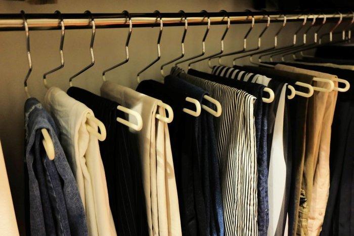クローゼットの整理整頓も衣替えといっしょに済ませておきましょう。不要な衣類は処分し冬物衣類のクリーニングをしておき、その他の衣類は、納める前に天日干しし乾燥させてから収納します。 防虫効果のある除湿剤を吊るせば◎