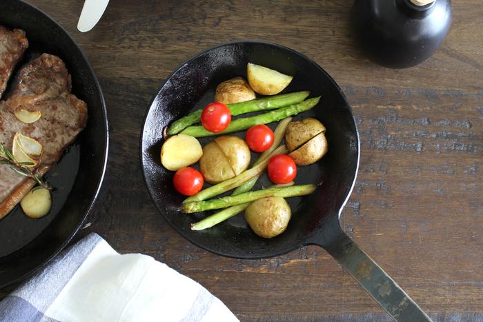 ドイツで創業された「ターク」のフライパン。こちらはクラシックフライパンは、一枚の鉄板をじっくりじっくり叩き伸ばして作られ、継ぎ目がない一体型のデザインになっています。熱伝道や蓄熱性に優れ、食材のうま味を存分に引き出してくれます。焼く料理に優れたフライパンです。しっかりお手入れすれば100年使えると言われているそうですよ。