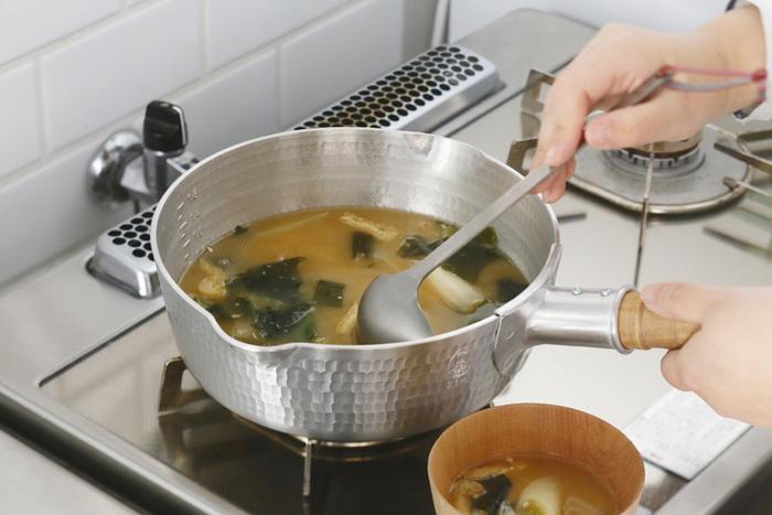 「工房アイザワ」のパセリシリーズのお玉。毎日のお味噌汁作りに欠かせない使いやすさです。