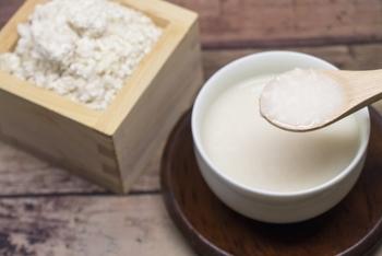 """米麹を発酵させて作る""""甘酒""""は、自然な味とは思えないほどしっかりした甘さが特徴の飲み物。栄養価も高く、古来から体に優しい発酵食品として親しまれています。和風はもちろん、洋風のデザートにもよく合う味です。"""