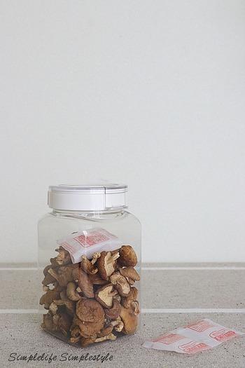 スタンダードなシリカゲルも湿気除けにおすすめ。開封すると半日と経たず湿気てしまう、スナック菓子にも使いやすいサイズです。