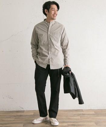 ハリ感のあるブロードバンドシャツは、程良いカジュアルさを残しつつも、きれいめな印象に。カジュアルなボトムスと合わせても、バランスよく着こなせます。
