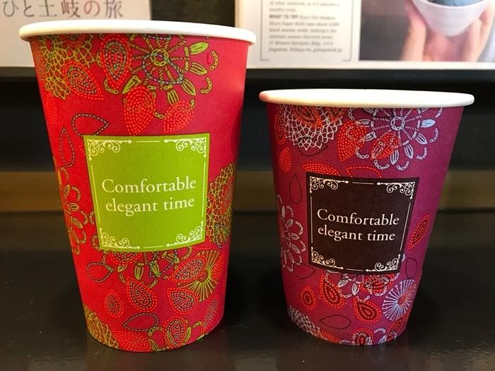 テイクアウト用のコーヒーのカップもとってもオシャレで目を引きます。いつでも香り高いコーヒーが気軽に飲めるので大人気です。