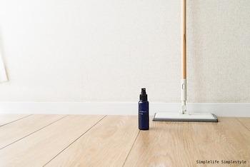 ハッカ油はフローリングや窓の拭き掃除にも使えます。汚れを取りつつ、掃除後のキレイもキープ。