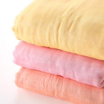シングルサイズは10色あり、明るくやさしい色合いや、濃オリーヴ、ベージュなどのシンプルな色、パステルボーダーや、ブラウンボーダーの柄もあるので、家族で色違いで揃えたり、贈り物にも喜ばれそう。