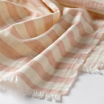 オリジナルのテキスタイルで織り上げられたガーゼ生地を二重織にして仕立てた、ガーゼ生地のブランケット「しましま二重ガーゼケット」。