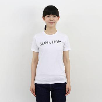 """まずは簡単に""""布用マーカー""""で、シンプルな文字やイラストを描いてみましょう。手書きならではの温もり溢れるロゴTシャツに。上手に加工としなくて大丈夫!それがまた味わいになります。"""