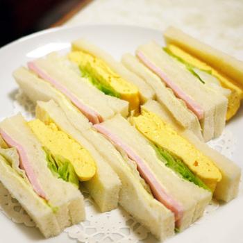 先代から受け継がれている人気のサンドイッチは、種類が豊富に揃っています。分厚いハムとレタスが挟まれたハムサンドイッチと、ふんわりボリュームの玉子がサンドされた玉子サンドイッチ。