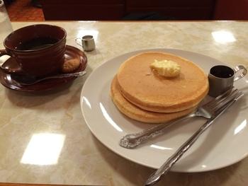 まあるく懐かしい見た目のホットケーキには、定番のバターとメープルシロップと一緒にいただきます。