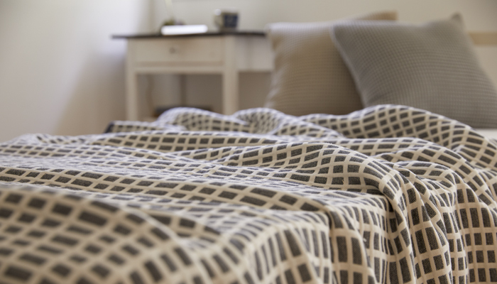 さらにガーゼケットの特徴である通気性も大変優れているので、夏の寝具として大活躍してくれます。そして冬は羽毛布団を併用することで、空気層にふたをし、体温の暖かさがガーゼケットの4重の空気層に滞留するため、あたたかく使用できます。