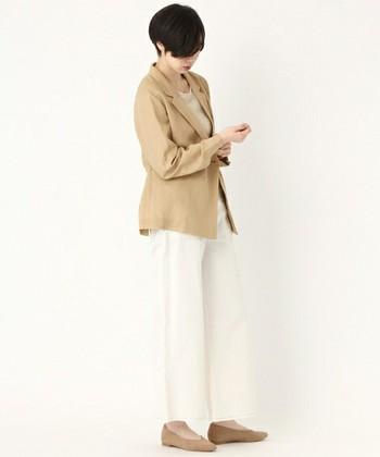 女性らしい印象を与える「ベージュ」のジャケット。爽やかなホワイトパンツを合わせたこちらのコーディネートは、ノーブルで上品な雰囲気がとても素敵ですね。ベージュ×白の2色に限定することで、マイルドで優しい印象に仕上げることができます。