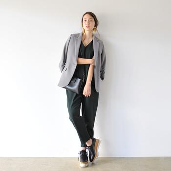 リラックス感のあるオールインワン×ジャケットのクールな大人カジュアル。シンプルなアイテム同士の組合せでも、アクセサリーと黒小物でモード感をプラスすれば、大人っぽくスマートな着こなしへと昇華できます。