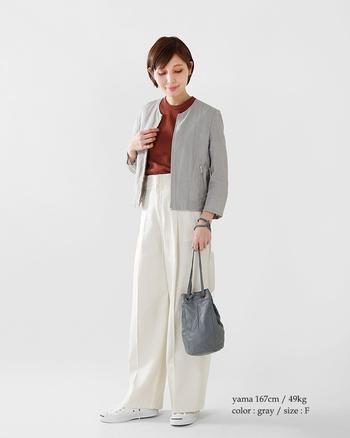 こちらはホワイトパンツにグレーのジャケットを組み合わせた、上品で爽やかなコーディネートです。気軽に羽織れるノーカラージャケットは、カジュアルからキレイめまで大人っぽく演出してくれます。